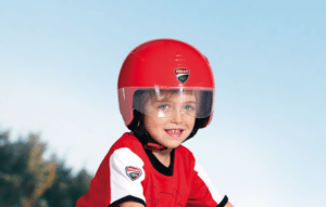 Kind mit rotem Ducati Helm